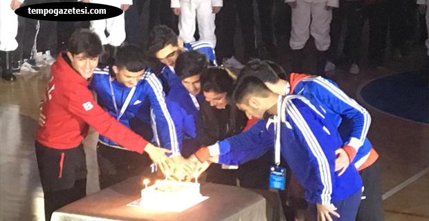 Futsal şöleni başladı... Doğum günlerini kutladılar