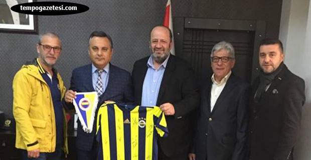 Özbek, Kuyu'ya FB forması hediye etti
