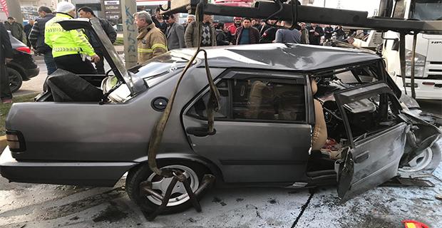 Karşı şeride geçen otomobile tır çarptı: 1 ölü, 1 yaralı