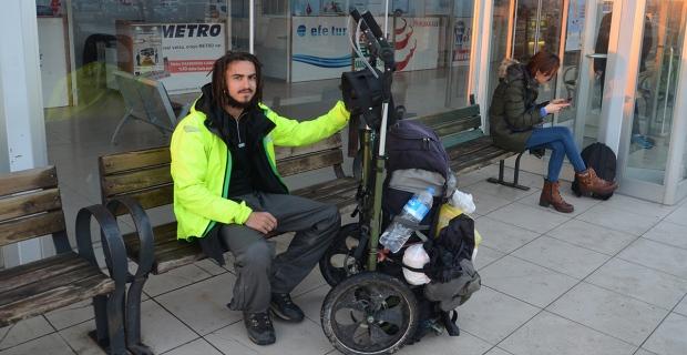 8 aydır yolda, yürüyerek dünyayı geziyor...