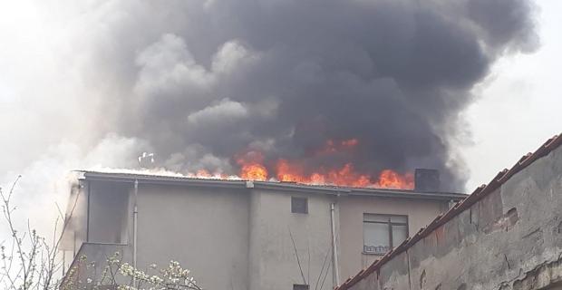 5 katlı binanın çatı katı alev alev yandı