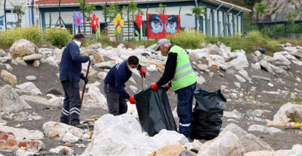 Zonguldak'ta sahil atıklardan temizleniyor...