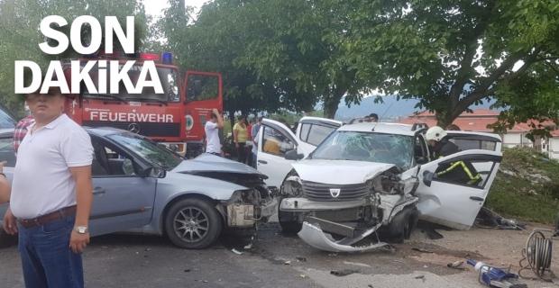 2 araç kafa kafaya çarpıştı: 5 yaralı