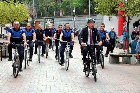 Çaycuma'da başkan ve belediye çalışanları bisikletle işe geldi