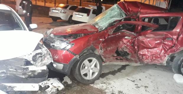 Kontrolden çıkan otomobil benzin istasyonuna daldı: 2 yaralı