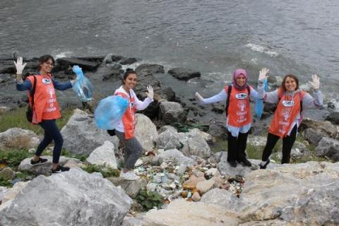 Üniversiteliler, sahilde çöp topladı