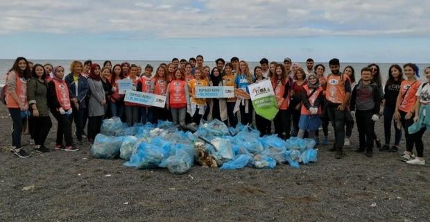 Üniversiteliler sahilde çöp topladı