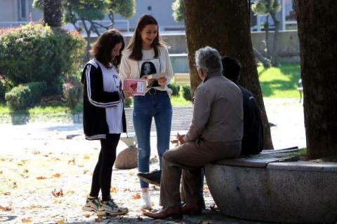 Lise öğrencileri, parkta oturanlara ücretsiz kitap dağıttı