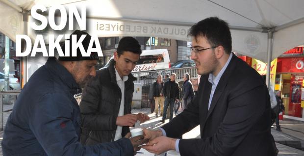 Caddede kahve pişirip vatandaşlara ikram ettiler