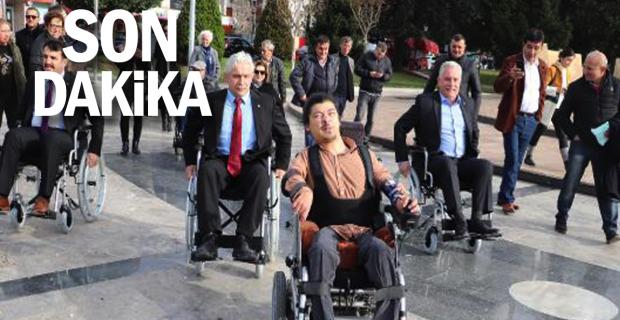 Parti başkanları tekerlekli sandalye ile gezdi