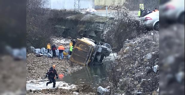 Flaş... Otomobil ile kamyonet çarpıştı: Kamyonet şarampole uçtu