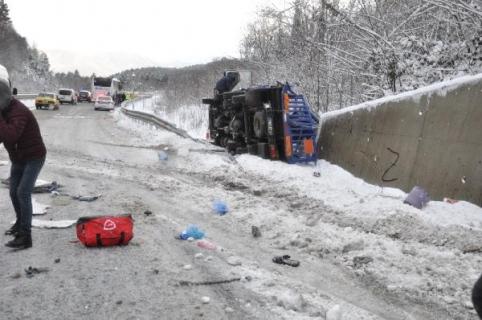Kamyonun çarptığı yolcu otobüsündeki 5 kişi yaralandı