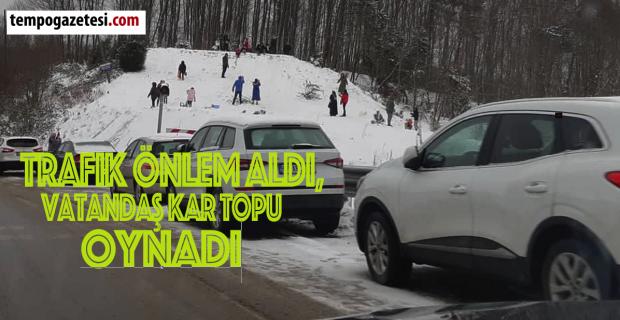 Trafik önlem aldı, vatandaş kar topu oynadı