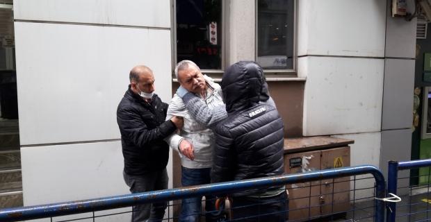Sokak ortasında komaya girdi, zorla çikolata yedirmeye çalıştılar