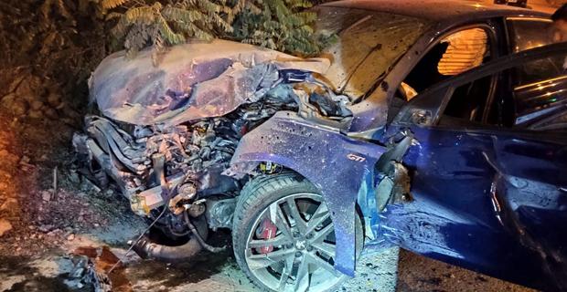 Duvara çarpan otomobilin ön kısmı parçalandı