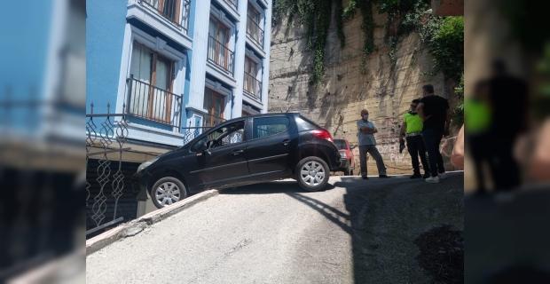 Kontrolden çıkan otomobil havada asılı kaldı