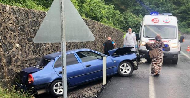 Yağmur yağdı, yer ıslandı, araç kaza yaptı…