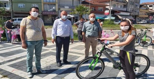 Corona'dan sıkılan çocuklara bisiklet dağıttılar