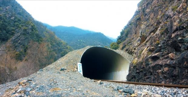TCDD'den riskli bölgelerde trenlere kaya düşmesini engellemek için yeni tünel