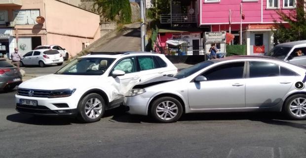 İki otomobil kavşakta çarpıştı: Şoka girdi