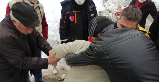 Mahsur kalan 2 vatandaş hastaneye ulaştırıldı
