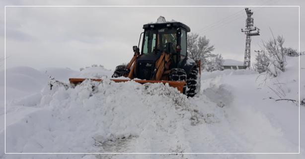 Yoğun kar yağışı yolları yeniden kapattı