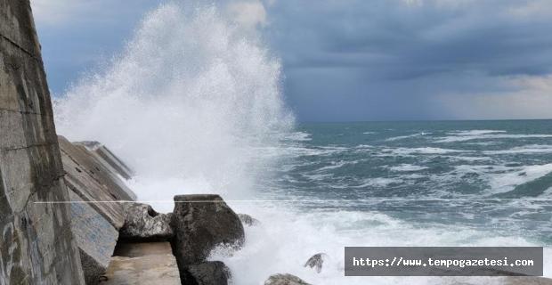 Şiddetli yağış sonrası dev dalgalar oluştu