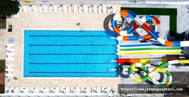 Harap halde olan plaja modern yüzme havuzu