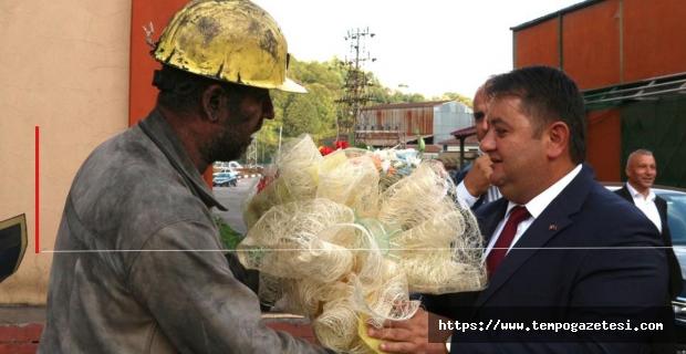 Madenci, sendikasını çiçeklerle karşıladı