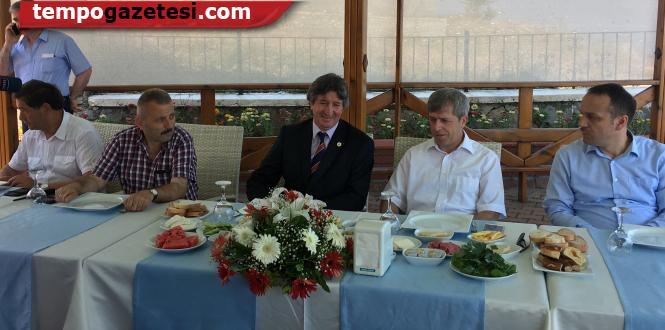 Vali Çınar, gazetecileri kutladı