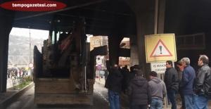 İş Makinesi Taşıyan Kamyon Köprüye takıldı, Trafik alt üst oldu