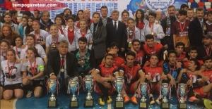 Şampiyonlar kupasını Çınar ve Akdemir'den aldı