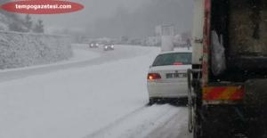 Kar yağdı yollar ulaşıma kapandı