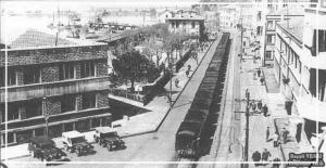 Hükümet Binası önünde jeep makam...