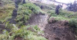 Dilaverde toprak kayması meydana geldi. Mahalle sakinleri tepkili…