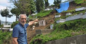 Heyelanda mezarlık zarar gördü