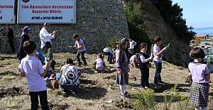 Minik öğrenciler okulları için fidan dikti
