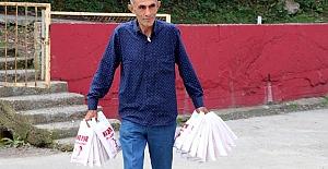 O temizlik görevlisi, gelen bağışlarla kırtasiye malzemeleri alıp, okullara dağıttı