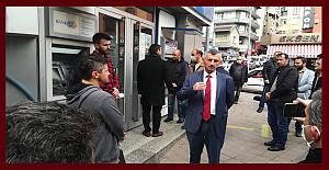 Vali Bektaş, Banka şubesi önüne gelip vatandaşları uyardı