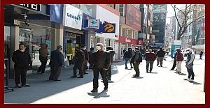 Sokağa çıkan vatandaşa 1.5 metre uyarısı