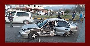 Yine kavşak yine kaza: Araç içinde sıkıştı