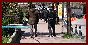 Zonguldak'ta vatandaşlar uyarılara rağmen sokakta....