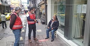 Bankaya girmek için direnen yaşlı adama polis engeli