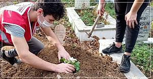 Genç Kızılay ekibi mezarlıkları temizledi