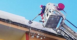 Ereğli Belediyesi, çatılarda kar temizliği başlattı