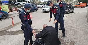 Herkes baktı geçti, Jandarma durdu, hastaneye getirdi