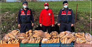 Kızılay karantinadaki köye ekmek dağıttı