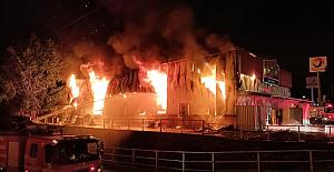 Gıda mağazasında çıkan yangının alevleri geceyi aydınlattı