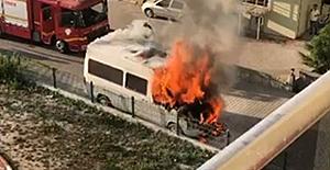 Park halindeki minibüs bir anda alevler içinde kaldı