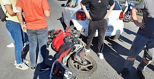 Motosiklet otomobilin altına girdi!